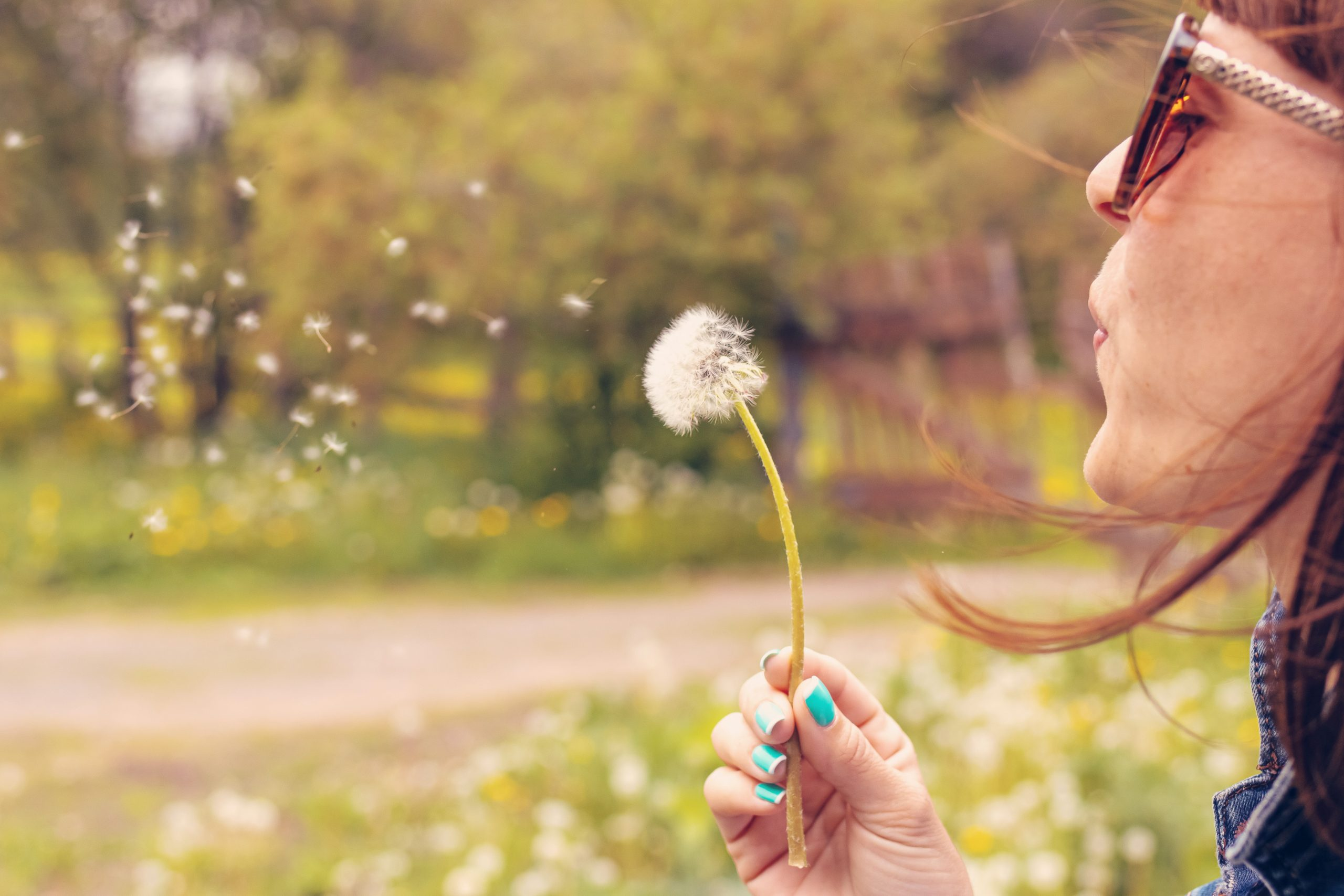 https://maskrosbarn.org/wp-content/uploads/2020/07/woman-with-dandelion-2383864-scaled.jpg